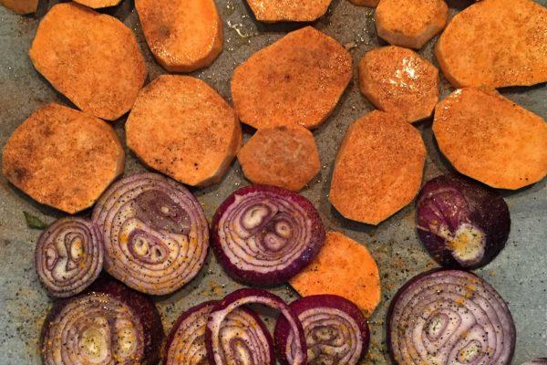 Tatlı patates (tarçın da eklenebilir), mor soğan, zeytinyağı ve tuz